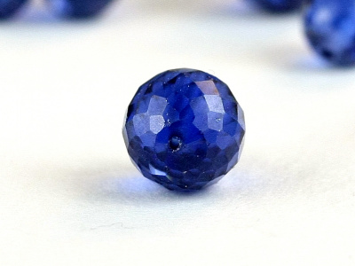 Бусина ограненная, форма-шарик круглый, иск. выращенный камень-шпинель прозрачная, цвет-сочный синий холодныйчистый.