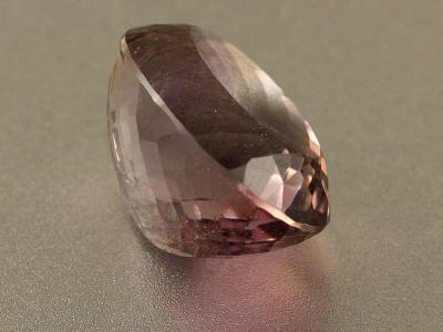 огранённый аметрин природный, цвет сиреневый с небольшим золотистым пятном, вставка для кулона или перстня