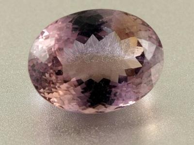 Аметрин огранённый, вставка в кулон или кольцо, Цвет-основной сиреневый с небольшим золотистым пятном,чистый, хорошая огранка,