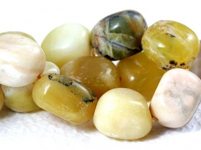 Бусина гладкая, камень натуральный-хризопал (празопал, зелёный опал), цвет-тёплый неоднородный зелёный с янтарным,