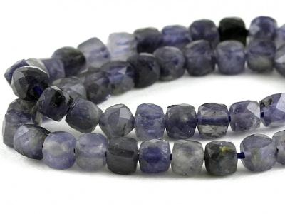 Камень-иолит натуральный, форма бусин-кубик огранённый.