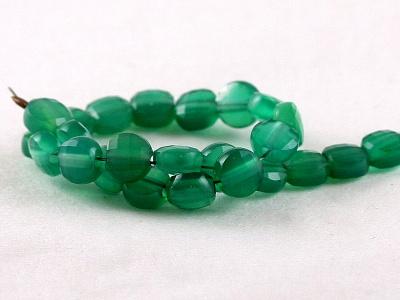 Камень-хризопраз натуральный, форма бусин-таблетка огранённая.