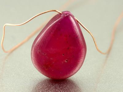 Бусина из корунда природного, форма-лепесток огранённый 12 +-0.5 мм.Натуральный камень-корунд(рубин),